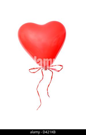 Cuore rosso a forma di palloncino con coccarda su sfondo bianco Foto Stock