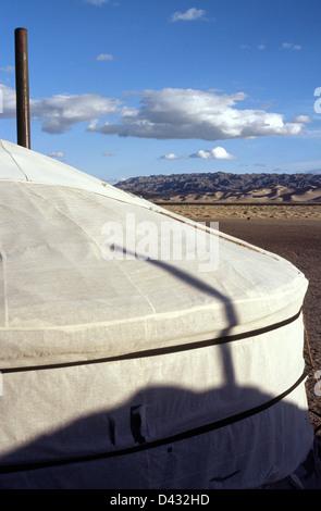 Sunrise a ger (yurt) camp a dune di sabbia di Khongoryn Els nel deserto del Gobi Gurvansaikhan del Parco Nazionale Foto Stock
