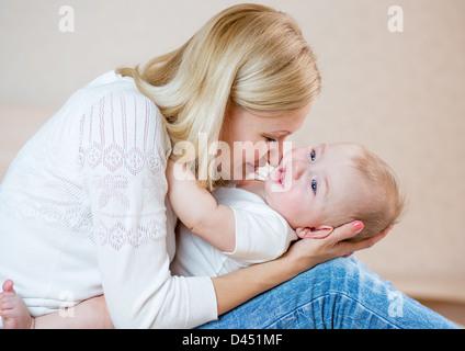 Riproduzione di madre con bambino isolato su bianco Foto Stock