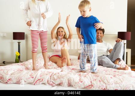 Famiglia rilassante insieme a letto Foto Stock