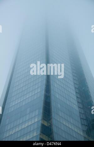 Londra, Regno Unito. Il 7 marzo 2013. La Shard Building a Londra è avvolta in una fitta nebbia. Credito: amer ghazzal Foto Stock