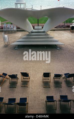 Sedie a sdraio e palco per spettacoli all'aperto, stadio, De La Warr Pavilion, Bexhill, REGNO UNITO Foto Stock