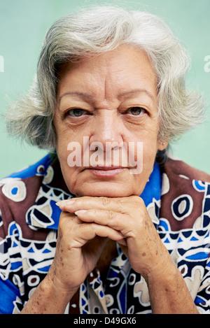 Personale Senior ritratto, felice vecchia donna sorridente e guardando la fotocamera Foto Stock