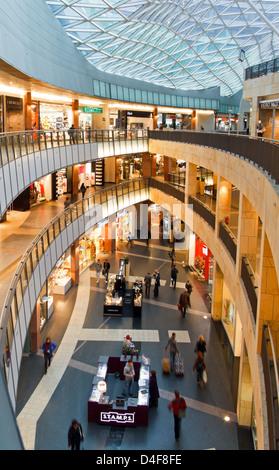 https://l450v.alamy.com/450vit/d4f8fe/varsavia-polonia-il-complesso-shopping-golden-terrazze-zlote-tarasy-il-piu-grande-centro-commerciale-in-polonia-d4f8fe.jpg