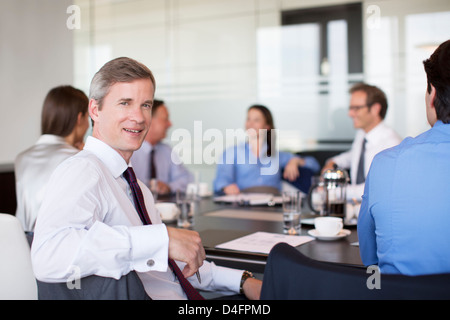 Imprenditore sorridente in riunione Foto Stock
