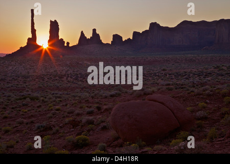 Alba sul Totem Pole, il parco tribale Navajo Monument Valley, Utah, Stati Uniti d'America Foto Stock