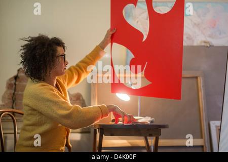 Artista il taglio del cartone rosso Foto Stock