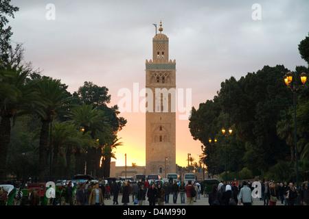 Africa Marocco Marrakech, piazza Jemaa el Fna, la Moschea di Koutoubia Foto Stock
