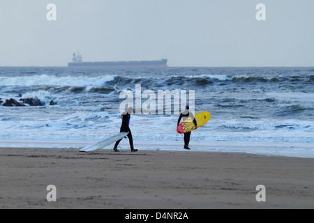 In inverno il surf nell'oceano atlantico off ballybunion Beach sulla costa occidentale dell'Irlanda, nella contea Foto Stock