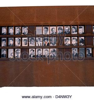 """'La finestra della memoria"""" presso il Memoriale del Muro di Berlino visualizza i volti dei tedeschi che sono morti Foto Stock"""