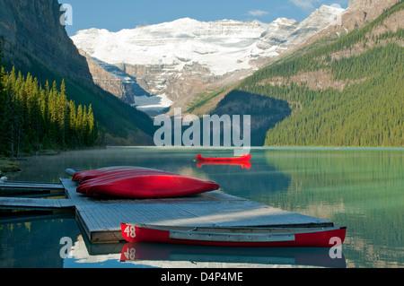 Canoe, il Lago Louise e il Ghiacciaio Victoria, il Parco Nazionale di Banff, Alberta, Canada Foto Stock