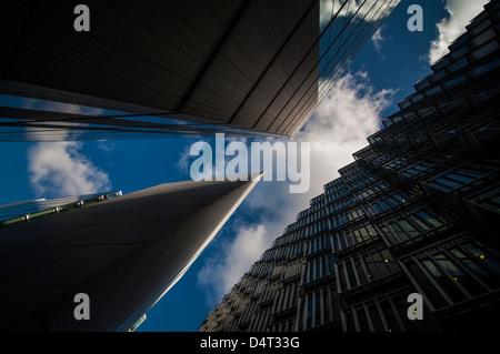 Una vista astratta di tre adiacenti edifici per uffici in più di Londra su una bella giornata di primavera.