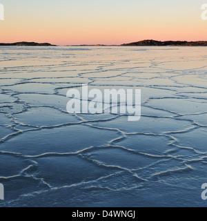 Mare ghiacciato al tramonto. Udden Smithska, Gotenburg, Svezia, Europa Foto Stock