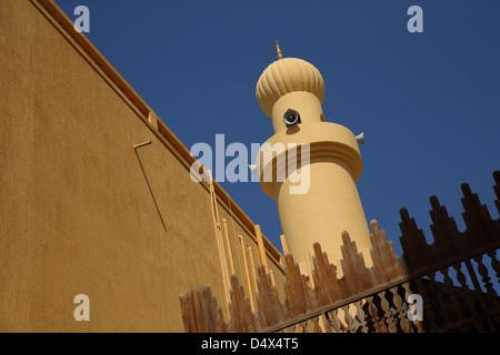 Torre della moschea con altoparlanti, Dubai, Emirati Arabi Uniti Foto Stock