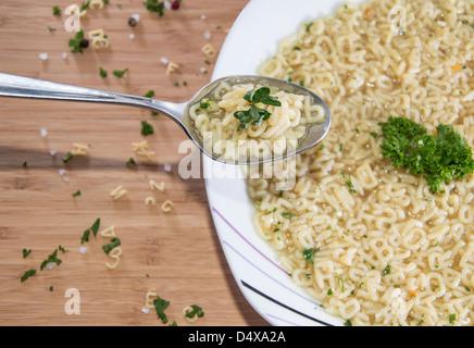 Fresche fatte Alphabet Soup su un cucchiaio Foto Stock