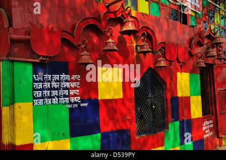 Colorato tempio dalla Strada nella vecchia Delhi Foto Stock