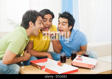 Gli amici condividono la pizza a casa
