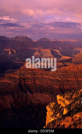 South Rim Grand Canyon prese vicino a Yavapai Point la luce del tramonto sulle formazioni rocciose Arizona Foto Stock