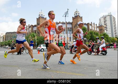 I partecipanti all'Uomini Maratona correre passa la corrida arena al Campionato Europeo di Atletica a Barcellona, Foto Stock