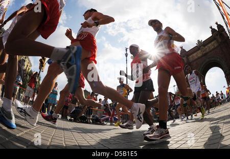 Una caratteristica mostra ai partecipanti del Campionato Europeo di Atletica Uomini Maratona passano l'arco trionfale Foto Stock