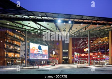 Berlino, Germania, Stage Theatre am Potsdamer Platz, a sinistra e a Berlin's Casino, destra Foto Stock