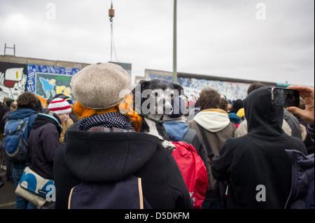 Berlino, Germania, protesta su una già pezzo mancante della East Side Gallery Foto Stock