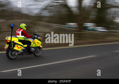Bikers a Kirkby Lonsdale, Cumbria domenica 31 marzo, 2013. Un movimento immagine sfocata di un volontario e BMW Foto Stock