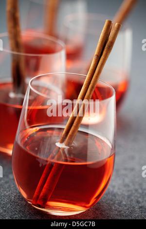 Vin brulé con la stecca di cannella e anice stellato Foto Stock