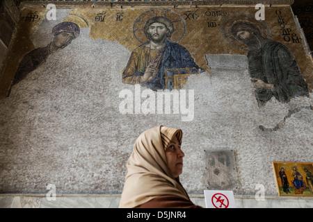 Donna islamica di fronte la Deesis mosaico con Cristo come righello Foto Stock