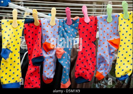 Calze colorate appeso sulla linea di lavaggio Foto Stock