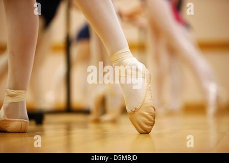 Punta appuntita nel balletto pantofole a una scuola di danza nel Regno Unito