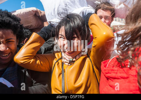 New York, NY, STATI UNITI D'AMERICA. 6 aprile 2013 International Pillow Fight Day in Washington Square Park. Foto Stock