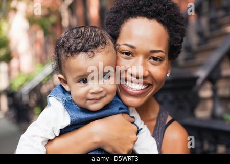 Azienda madre bambino sulla strada di città