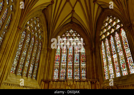 Le finestre di vetro macchiate nella cappella della Madonna, Cattedrale di Wells Somerset, Inghilterra Foto Stock