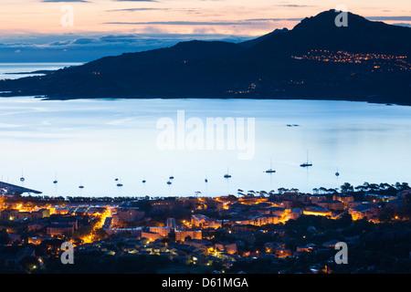 Francia, Corsica, la Balagne, Calvi, vista in elevazione della città e della baia dalla cattedrale di Notre Dame Foto Stock