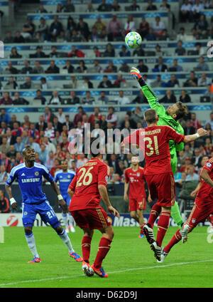 Monaco di Baviera è il portiere Manuel Neuer (R) in azione naext a Diego Contento (2-L) Bastian SCHWEINSTEIGER (C) Foto Stock