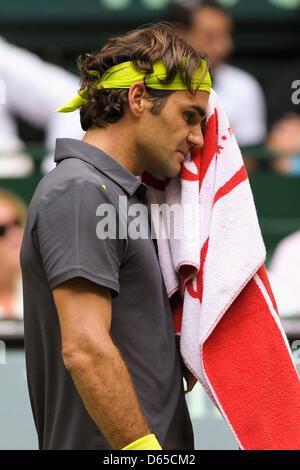 Swiss giocatore di tennis Roger Federer salviette viso durante la finale di Gerry Weber Open contro Haas dalla Germania a Halle / Westfalen (Germania), 17 giugno 2012. Haas scommettere Federer 7:6 e 6:4 in due set. Foto: WEISCHE CRISTIANA