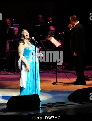 Toronto, Canada. Aprile 12, 2013. Regina del Soul, Aretha Franklin esegue sul palco un Roy Thomson Hall. Credito: EXI/N8N/Alamy Live News Foto Stock