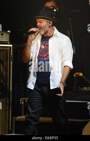Il sassofonista Todd Cooper esegue sul palco durante il Alan Parsons Live Project tour 2012 al Circus Krone di Monaco di Baviera, Germania, il 19 luglio 2012. Foto: Revierfoto