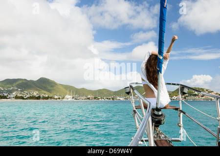 Donna relax su barca Foto Stock