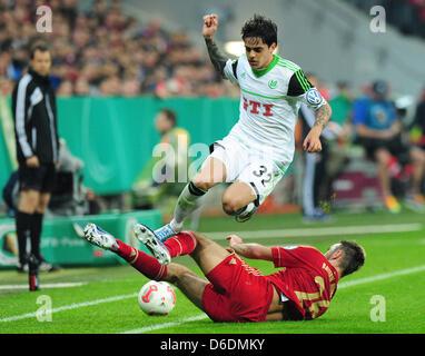 Monaco di Baviera Diego è contento (fondo) il sistema VIES per la palla con il Wolfsburg Fagner gioca la palla durante Foto Stock