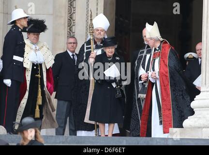 Londra, Regno Unito. Il 17 aprile, 2013. La regina lascia la Cattedrale di San Paolo a Londra centrale. Dignitari di tutto il mondo uniti la Regina Elisabetta II e del Principe Filippo , Duca di Edimburgo come il Regno Unito paga il tributo a ex Primo ministro Thatcher Baronessa Thatcher durante un funerale cerimoniali con gli onori militari presso la Cattedrale di St Paul. Signora Thatcher, che morì la settimana scorsa è stata la prima donna britannica il Primo Ministro e servito dal 1979 al 1990.
