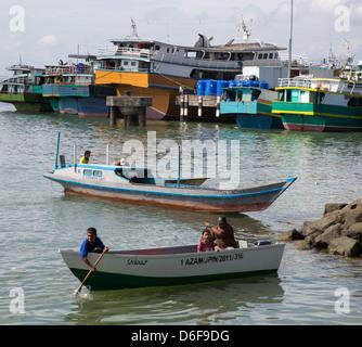 Barche grandi e piccoli nel trafficato porto di Sandakan Sabah nel Borneo malaysiano Foto Stock
