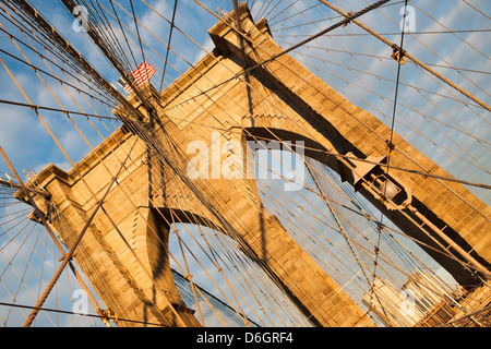 Ponte di Brooklyn sotto il cielo blu Foto Stock