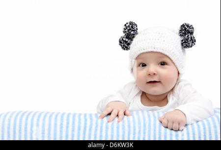 Happy Baby in bianco berretto lavorato a maglia Foto Stock