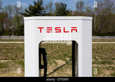 Una Tesla veicolo elettrico stazione di sovralimentazione lungo la Interstate 95 in Delaware.