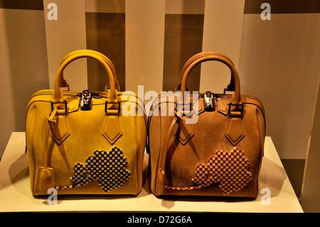002fd24fe1 Louis Vuitton donna borsa a mano nella finestra di LV boutique nel centro  commerciale di Dubai