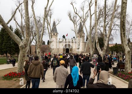 I turisti di fronte al Gate di saluto, ingresso al secondo cortile del palazzo Topkapı, Istanbul, Turchia. Foto Stock