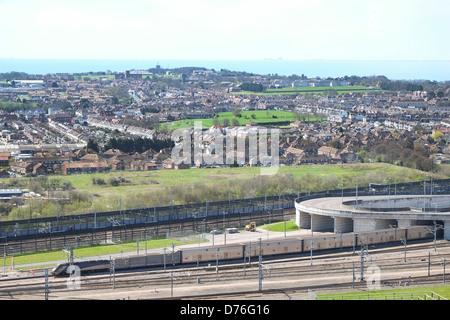 Immagine di un tunnel sotto la Manica treno lasciando il terminale di Folkestone in rotta per Calais in Francia. Foto Stock