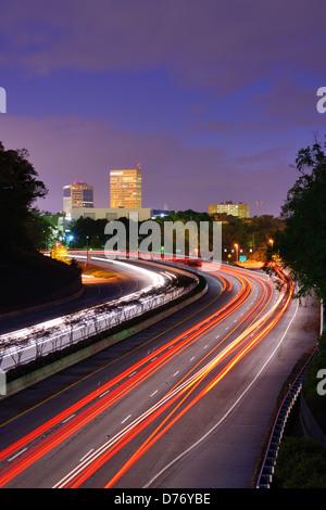 Greenville, South Carolina skyline al di sopra del flusso di traffico sulla Interstate 385. Foto Stock